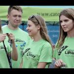 osoby w zielonych koszulach z medalami - triathlon